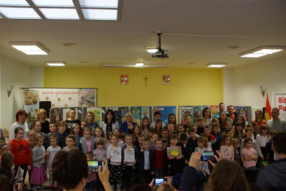 zdjęcie grupowe uczestników XIV-tej Edycji Konkursu Plastycznego ANIOŁY, ANIOŁKI, ANIOŁECZKI, podczas uroczystego rozstrzygnięcia w Bibliotece Publicznej Gminy Zamość z/s w Mokrem