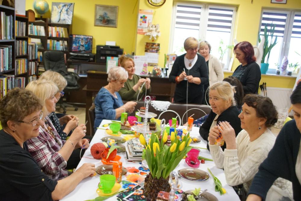 ŁAPACZE SNÓW - warsztaty z Elżbietą Hrabowską zorganizowane z okazji Dnia KObiet (na zdjęciu uczestnicy)