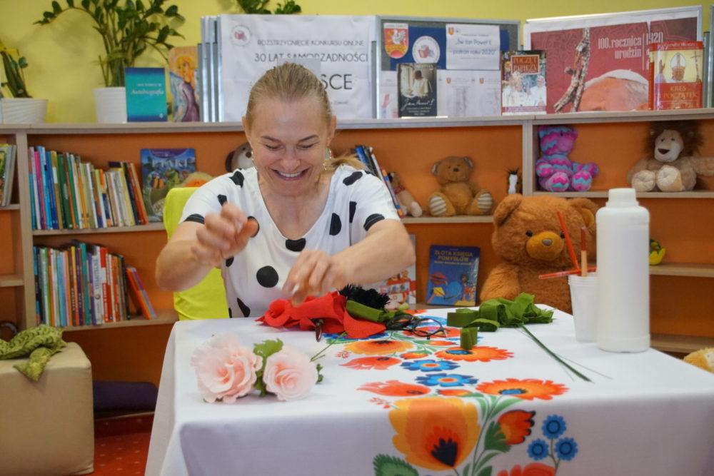 Anna Chabros - warsztaty bibułgarskie w Bibliotece Publicznej Gminy Zamość z/s w Mokrem