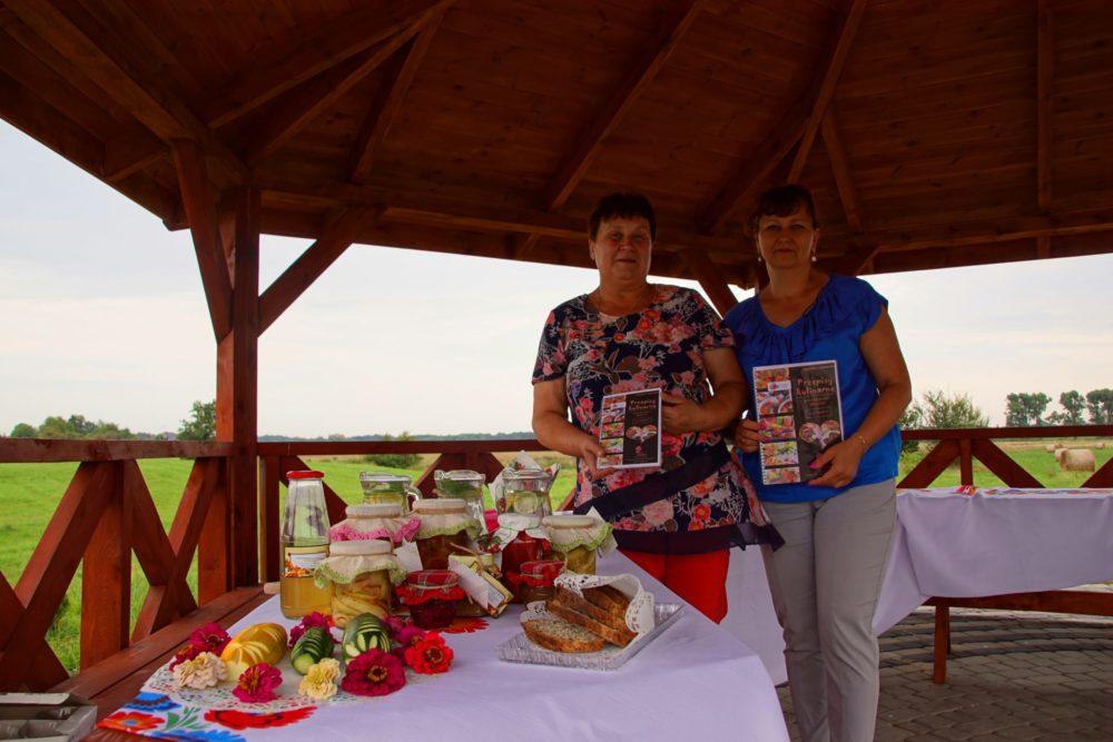 premiera książeczki kucharskiej Pani Anny Zgnilec (na zdjęciu Pani Ania i Dyrektor Biblioteki Elżbieta Stankiewicz)