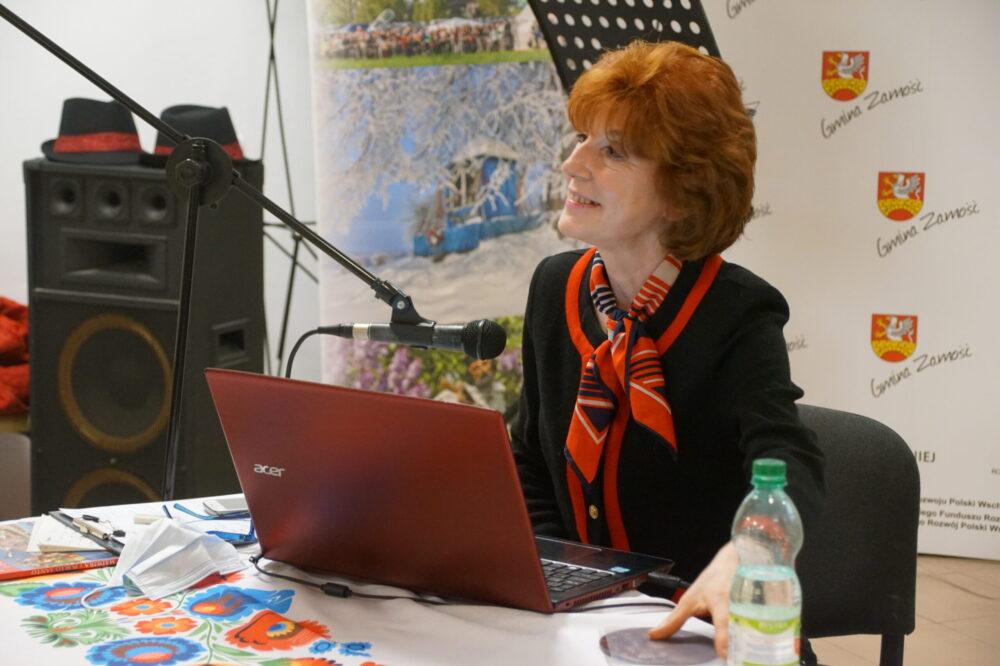 zdjęcie Pani Beaty Pakuły podczas autorskiej prezentacji o Maderze - w ramach akcji NOC w BIBLIOTECE 2020