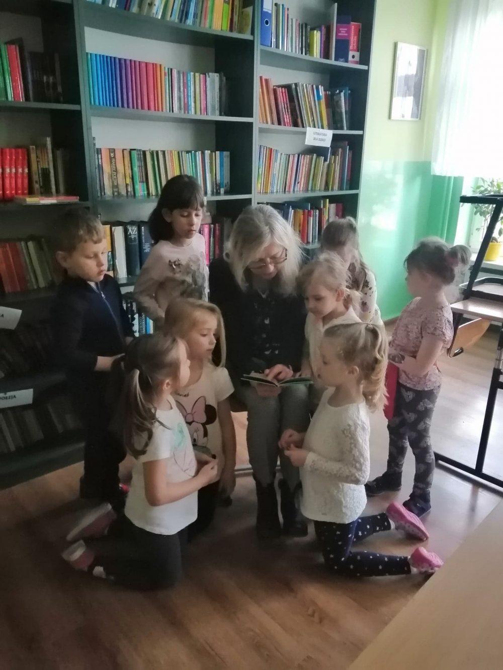 SP w Białowoli - przedszkolaczki czytają książeczki