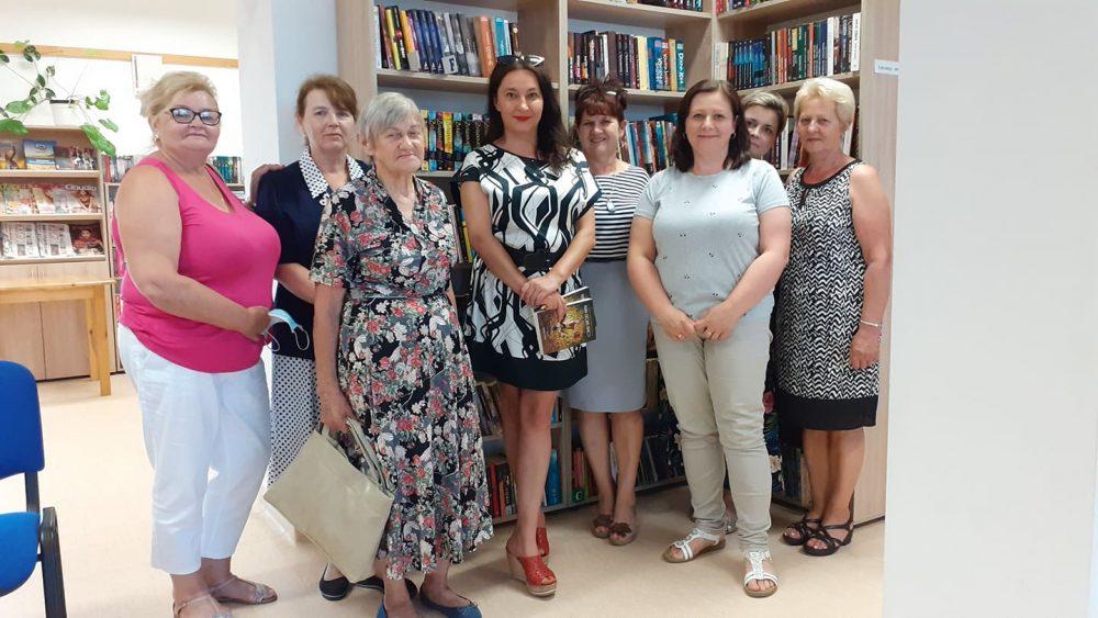Spotkanie autorskie w Filii w Wysokiem (na zdjęciu autorka Beata Kiecana i przybyli na spotkanie)
