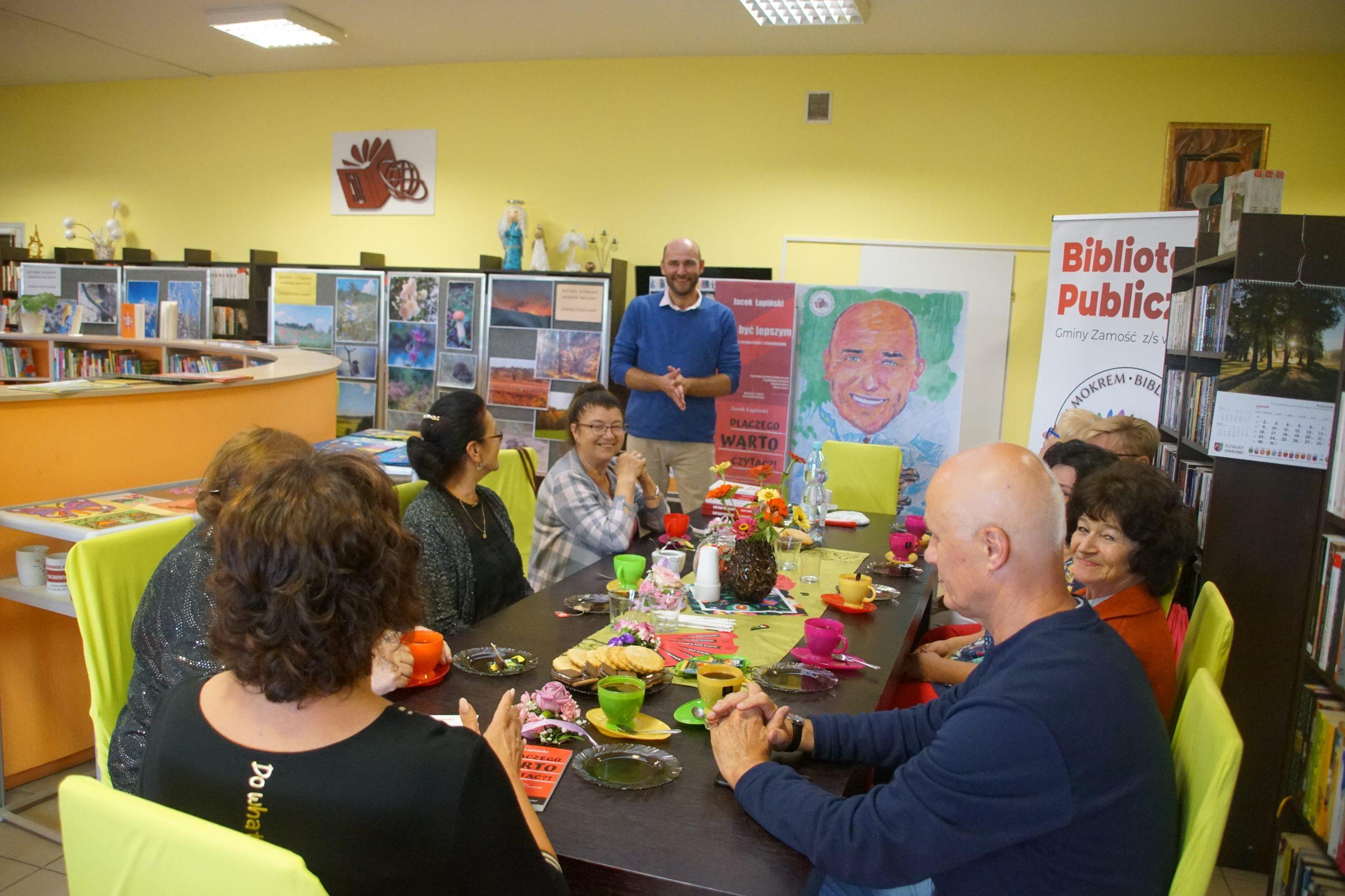 Zdjęcie ze spotkania autorskiego z Jackiem Łapińskim 26 sierpnia 2021 r., w BPGZ w Mokrem (na zdjęciu autor i czytelnicy)