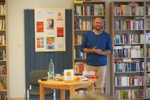 spotkanie autorskie z Jackiem Łapińskim w FB Wysokie (na zdjęciu autor na tle książek)